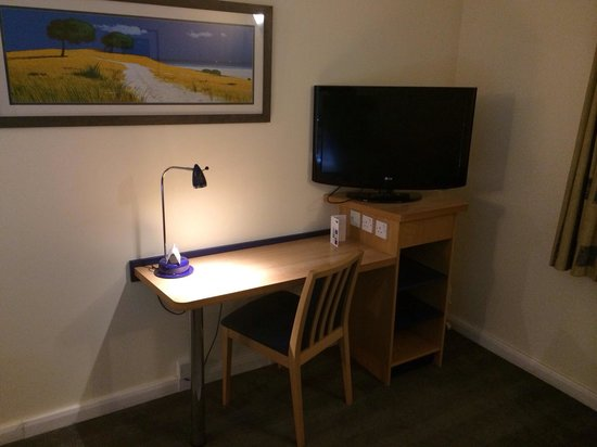 Holiday Inn Express Swansea East: Tv and desk