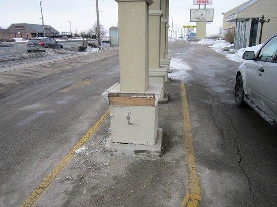 Airport Inn : Pillar at the front entrance