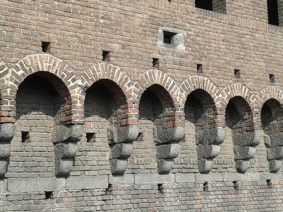 Milano da Vedere : gli archi sotto i quali ci sono i gettatoi per sassi e acqua bollente