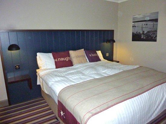 Village Hotel Blackpool: Kingsize Bed
