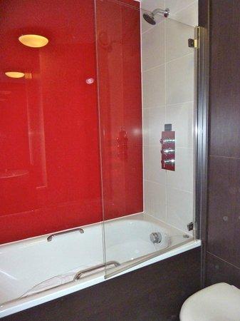 Village Hotel Blackpool : Shower