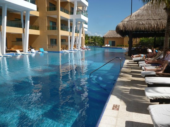 Sensimar Seaside Suites & Spa: Swim up suites (bar under the thatch)