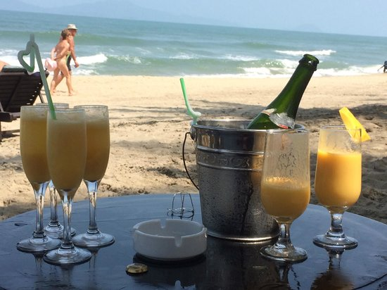 Hoi An Beach Resort: Fresh mango mimosas on the beach