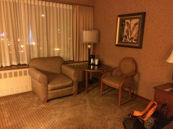 The Hotel Captain Cook: Sitting area inside room
