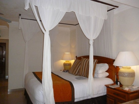 Sensimar Seaside Suites & Spa: Four poster Bed,very comfortable