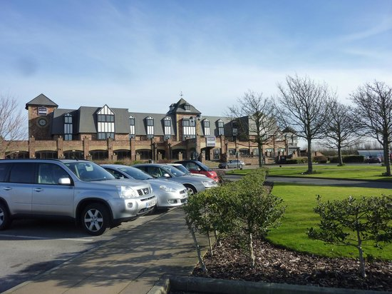 Village Hotel Blackpool: Car park and Hotel front