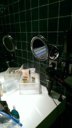 Vincci Baixa : Das Zimmer hat Telefon im Bad, eine Schmink-Spiegel und Toilettenartikel.