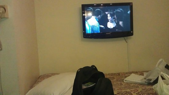 Kingsway Park Hotel : bed & tv with bad signal