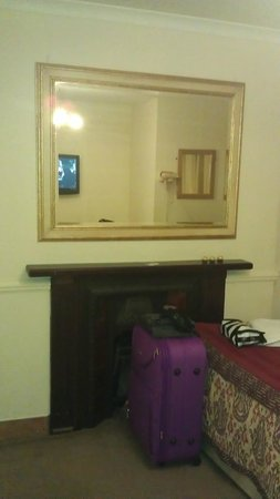 Kingsway Park Hotel : old fireplace that smelled of urin