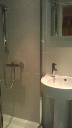 Kingsway Park Hotel: shower