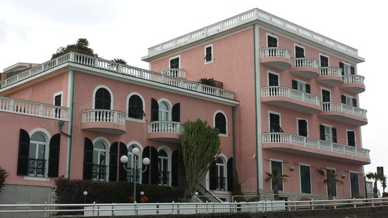 Piccolo Lido: l'hotel visto dalla spiaggia