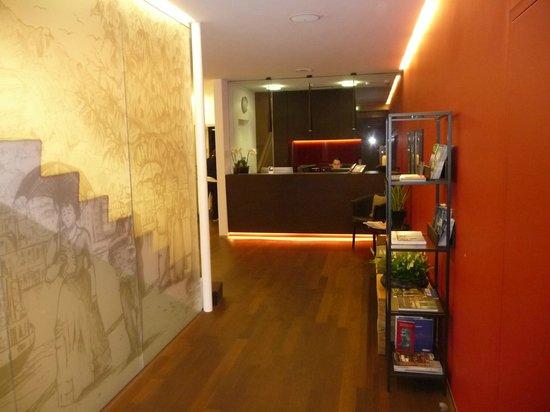 Hotel LUX: Blick vom Eingang Richtung Rezeption