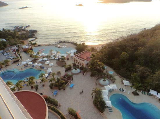 Azul Ixtapa Grand Spa & Convention Center : View of grounds and Ocean from room