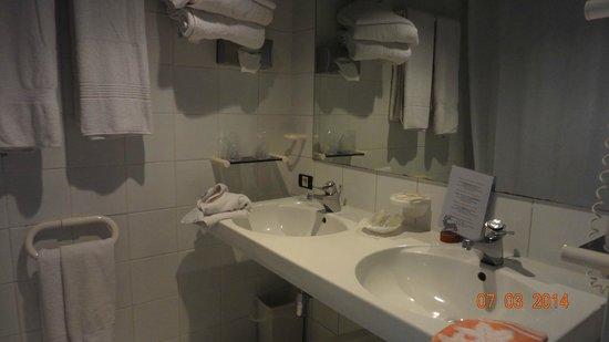Hostellerie Melrose : Vue de la salle de bains. Le WC est séparé.