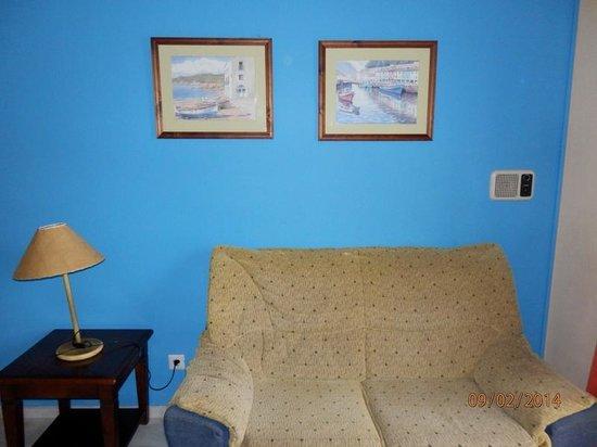 Hotel Playamaro: el sofá más asqueroso que jamás ví.