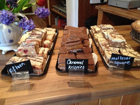 Hoops Coffee Shop: Beautiful tray bakes.