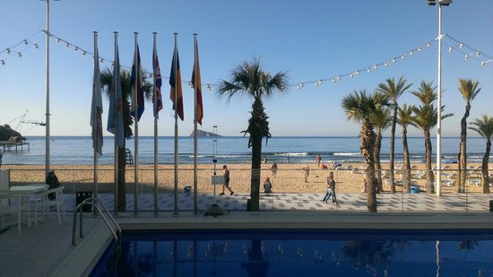 Hotel Brisa: view acroos the pool to the beach
