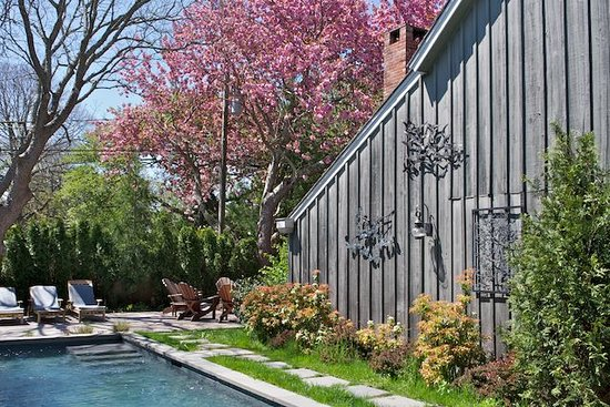Mill House Inn : Double Blooming Cherry Tree at the Graybarn Cottage