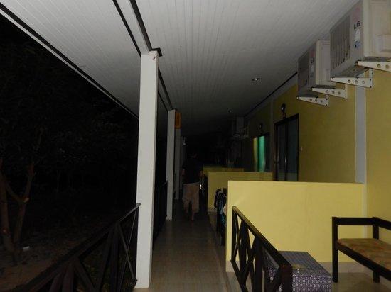 Phi Phi Chang Grand Resort & Spa: devant les chambres
