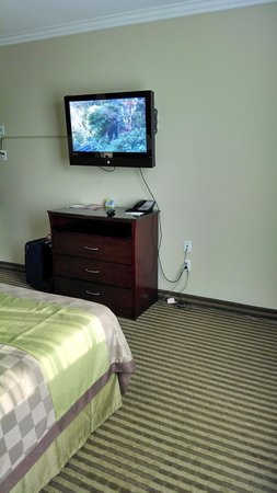 Days Inn & Suites Anaheim Resort : TV with TWC HD Cable
