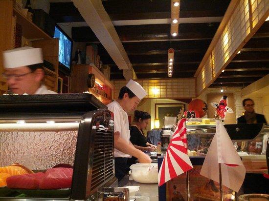 SUSHI-BAR Tatsumi Osamu Yamashita: Sushi-Künstler bei der Arbeit