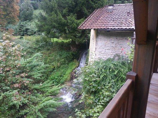 Domaine Du Moulin Vallee Heureuse : waterstroom vanaf balustrade