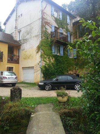 Hotel Restaurant Domaine Du Moulin Vallee Heureuse : het hotel van de zijkant