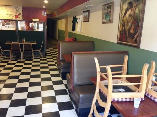 Uncle Pizza: Dining Area