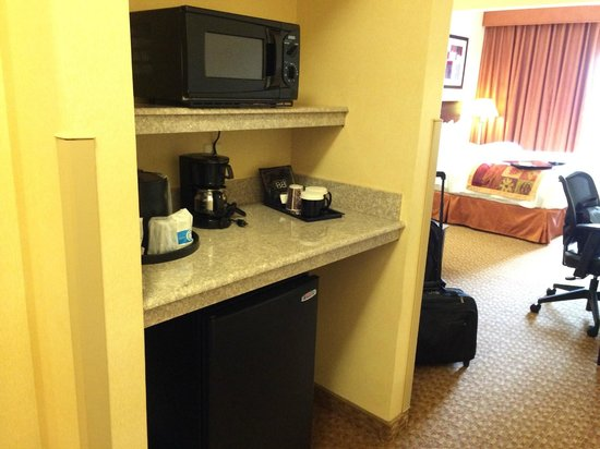 Fairfield Inn & Suites Somerset: Microwave MIni-Fridge