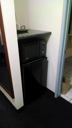 Days Inn & Suites Fountain Valley/Huntington Beach : Fridge/Microwave
