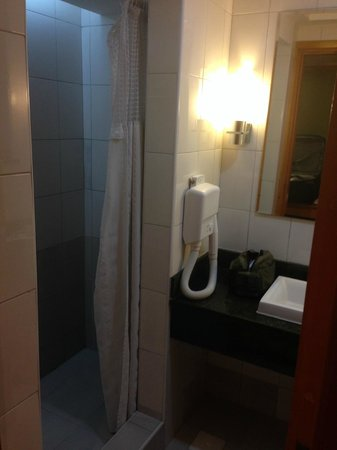 Holiday Inn Dar Es Salaam City Centre: Shower stall