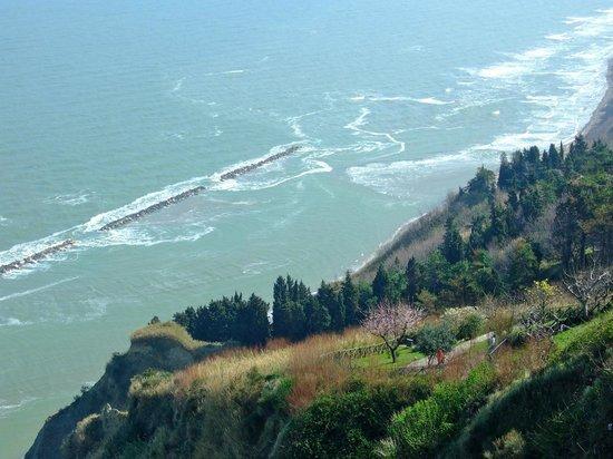 Pesaro, Italia: Sentiero per scendere in spiaggia a Fiorenzuola  di Focara