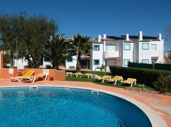 Quinta do Paraiso: Lovely pool but a bit cold in Early March.