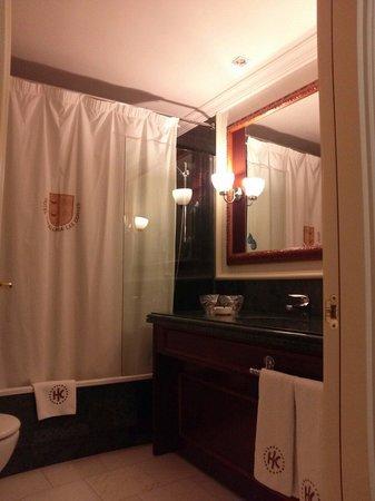 Catalonia Las Cortes : シャワーカーテン付きです。