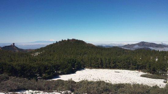 Roque Nublo : Al fondo el Roque en día nevado