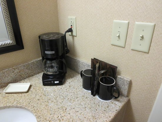 Courtyard Nashua: In room coffee pot