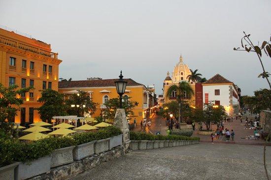 Charleston Cartagena Hotel Santa Teresa: Largo em frente ao hotel, com vista para São Pedro Claver