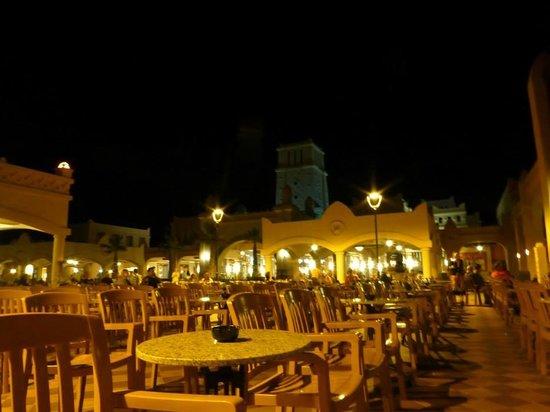 Hotel Riu Touareg: Night time view of the courtyard