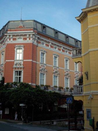 Grand Hotel 4 Opatijska Cvijeta : l'edificio e il caffè sotto il pergolato