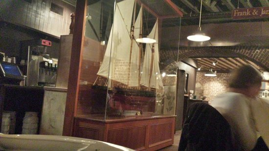 River House Seafood: Lg glass incased boat in middle dinning room.