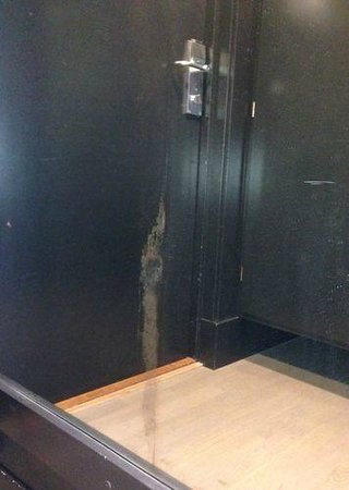 Hotel Alstor: Speil ved inngangsdøren til rommet