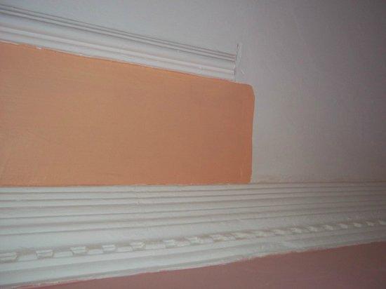 Hali Hotel: nonsense wall decoration
