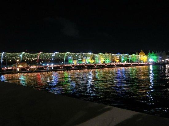 Renaissance Curacao Resort & Casino : Floating bridge at night