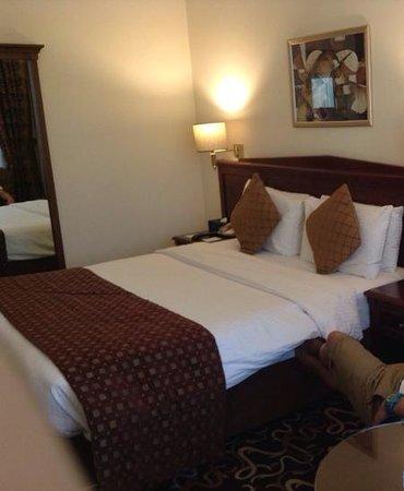Howard Johnson Bur Dubai: deluxe room with Queen bed.