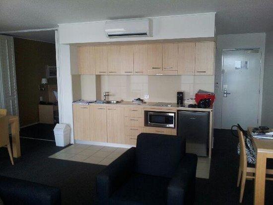 Ramada Hotel & Suites Ballina Byron: Lounge/Kitchenette/Dining