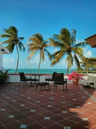 Tres Palmas Inn: Patio overlooking the ocean
