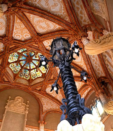 Sant Pau Recinte Modernista: Ceiling above stairs
