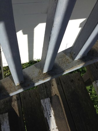 Nicholson House Inn: Railing is dirty with spider webs all over