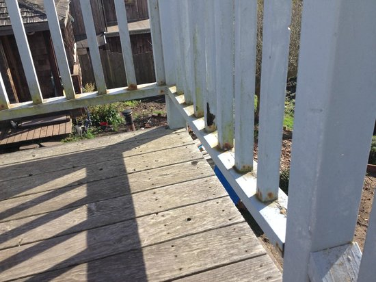 Nicholson House Inn: Railing on the deck is rusted and dirty