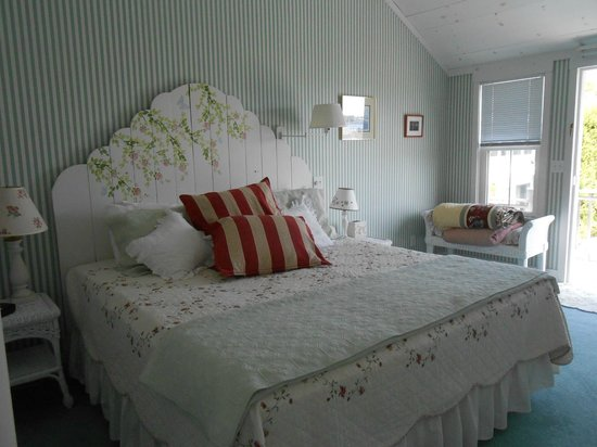 Cranberry Hill Inn: King bed in the Harbor View Suite